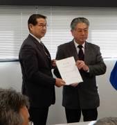 平尾教育長より西條町総代 後藤様に『指定書』が授与されました。